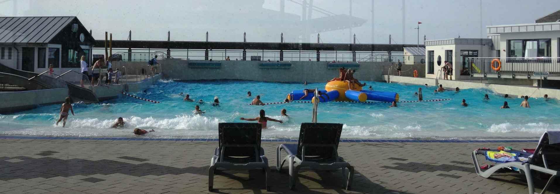 Hier das neue Wellenfreibad. Eröffnet wurde es im Jahr 2014 mit einem Hallenbad. Großartig